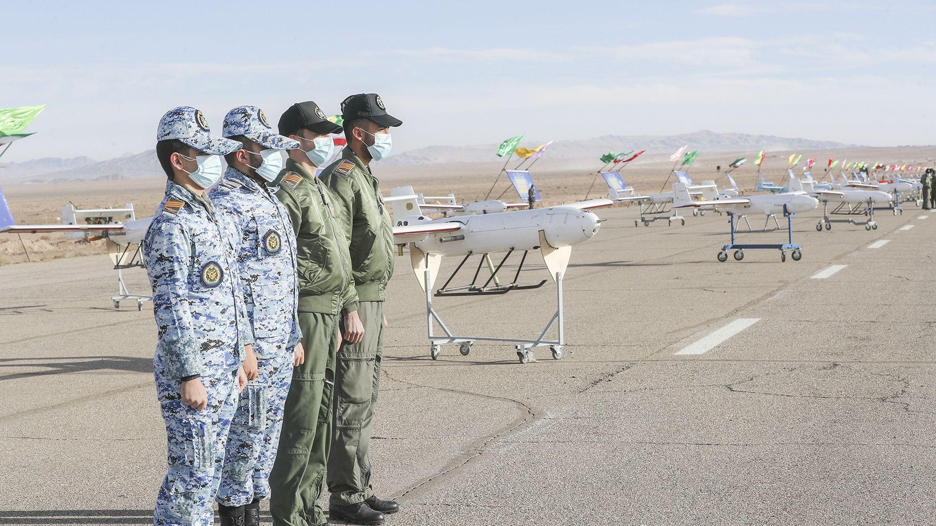 الجيش الإيراني يستعرض عددا من الطائرات المسيرة