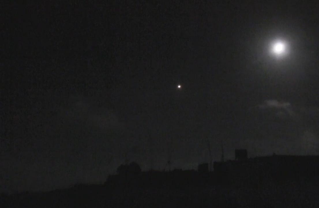 """القصــف الإسرائيلي استهدف مواقع عــسكــرية لميليشيا """"حــزب الله"""" اللبناني في مطار الضبعة العسكري في القصير بحمص"""